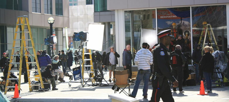 1024px-Saw_VII_filming_Metro_Hall_Toronto by Alan Daly / CC BY (https://creativecommons.org/licenses/by/2.0) https://commons.wikimedia.org/wiki/File:Saw_VII_filming_Metro_Hall_Toronto.jpg